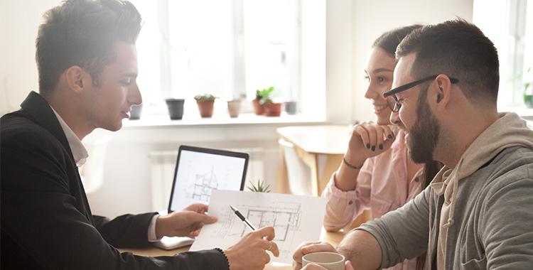 Conversando para definir a personalização do apartamento