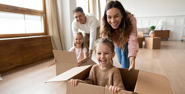 Pais brincando com filhos dentro de casa