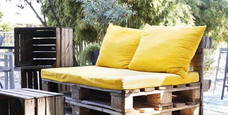 Sofá feito com madeira pallet