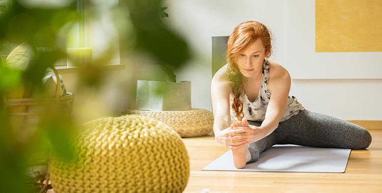 Mulher fazendo exercício no espaço zen dentro de casa