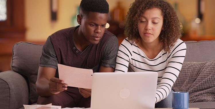 casal calculando a amortização de um empréstimo