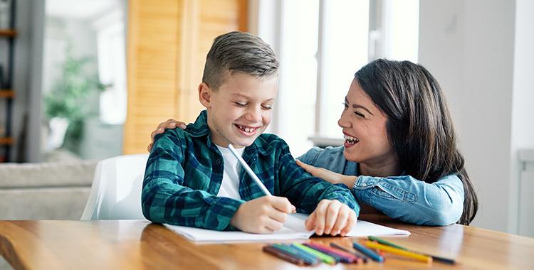 Mãe auxiliando seu filho no dever de casa