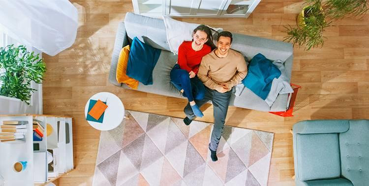 Casal planejando criar uma decoração afetiva para o apartamento