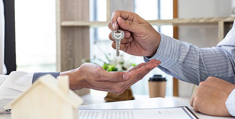 Recebendo as chaves após comprar um apartamento