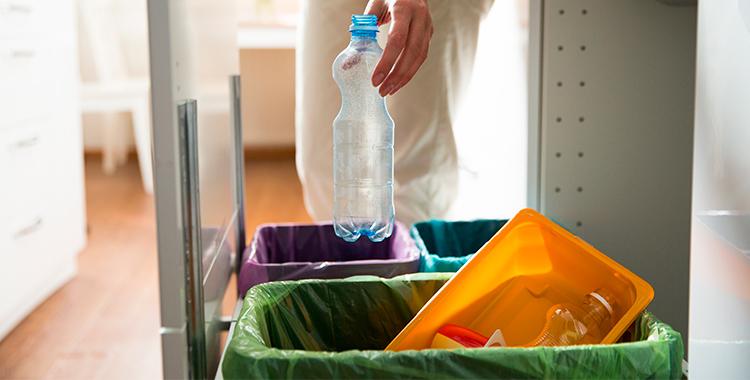 foto de uma pessoa fazendo a separacao do lixo de sua casa