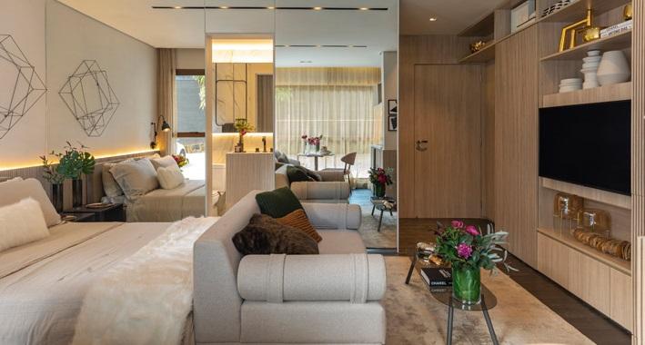 Uma fotografia de um apartamento compacto com sala e quarto