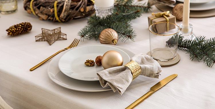 Uma fotografia de uma mesa com enfeites natalinos.