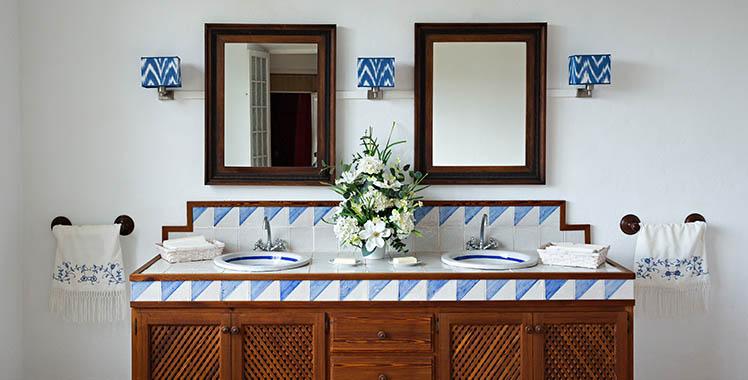 Uma fotografia de um banheiro no estilo colonial de decoração