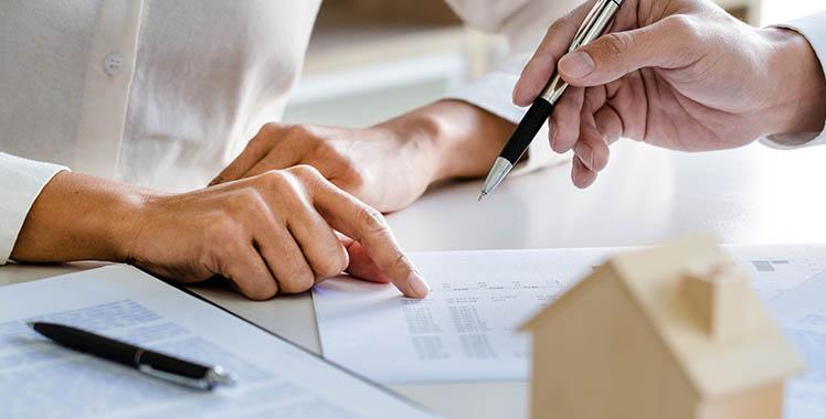 Uma fotografia de documentos sobre a mesa