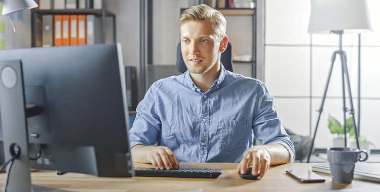 Uma fotografia de um homem trabalhando em seu escritório
