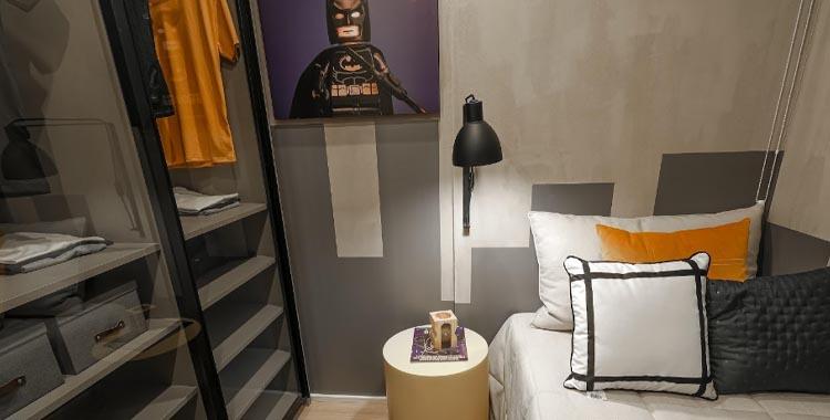 luminária de mesa em cima da mesa de cabeceira, ao lado da cama