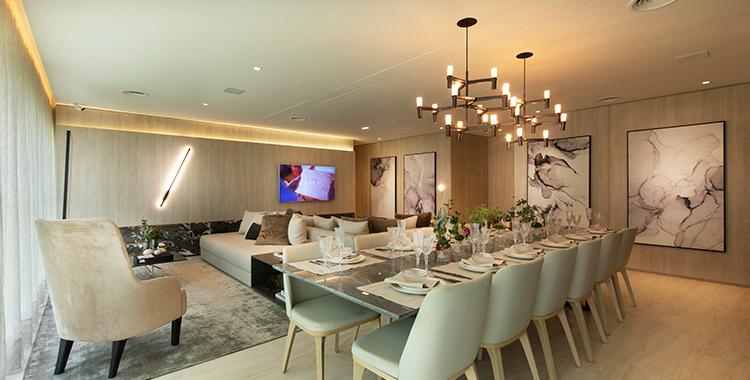 Uma fotografia que ilustra uma sala de jantar decorada com quadros na parede.