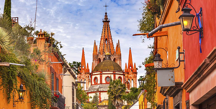 Rua da igreja San Miguel de Allende no México.