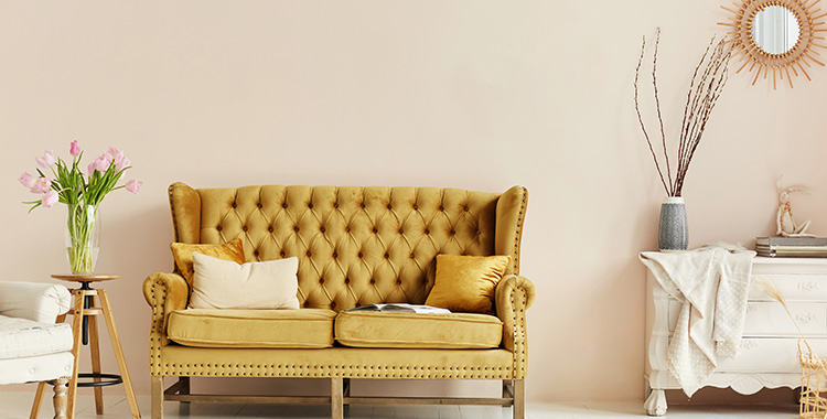 Uma imagem que ilustra uma sala com móveis.