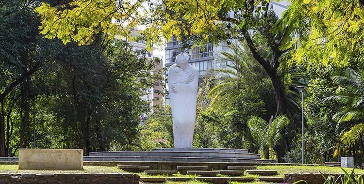 Fotografia que ilustra uma escultura na praça Buenos Aires em São Paulo.