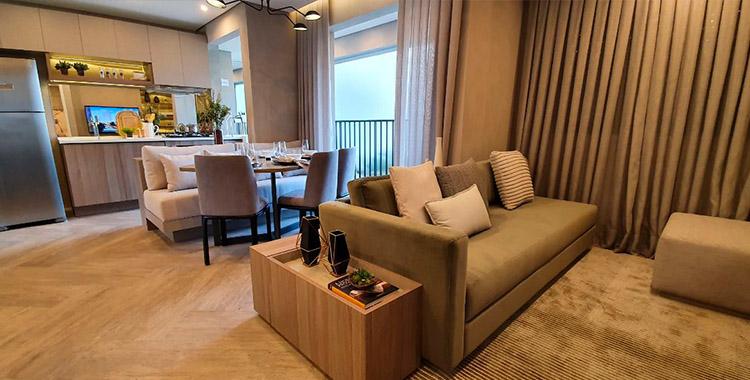 Ambiente do ambiente Caminhos da Lapa Elo decorado com cortinas e tapeter com cores neutras