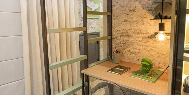 Uma imagem que ilustra uma área embaixo de uma cama com papel de parede.