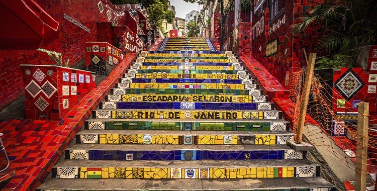 Uma imagem que ilustra a escadaria Selarón no Rio de Janeiro