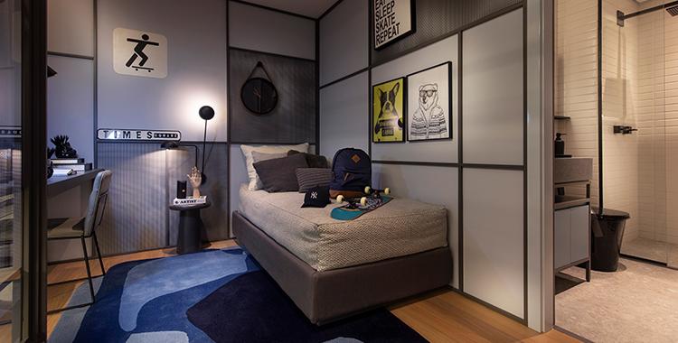 Uma fotografia que ilustra um quarto decorada com quadros.