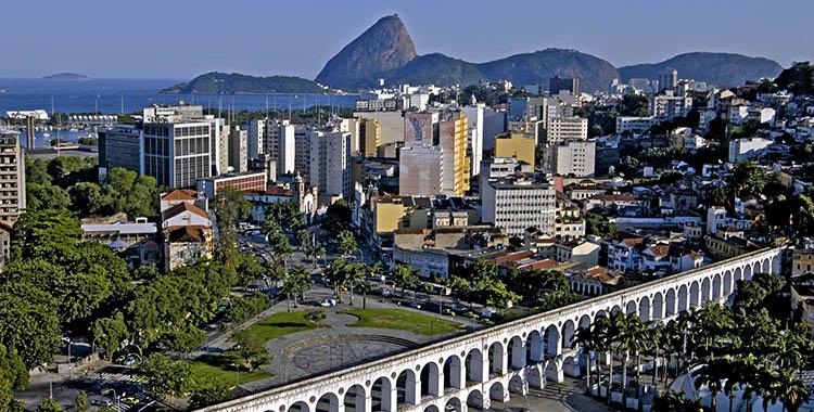 Uma fotografia que ilustra os arcos da Lapa no Rio de Janeiro