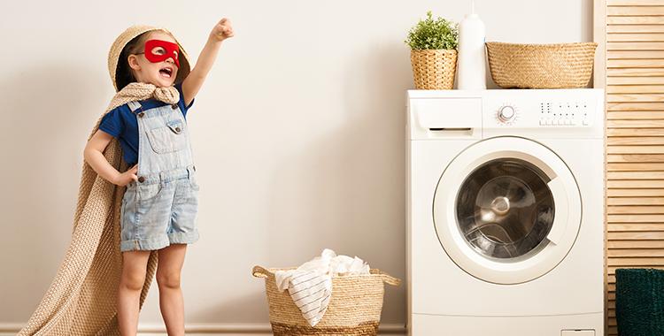 Uma fotografia que ilustra uma criança brincando de super herói