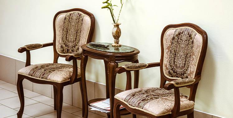Cadeira e mesinha no estilo colonial