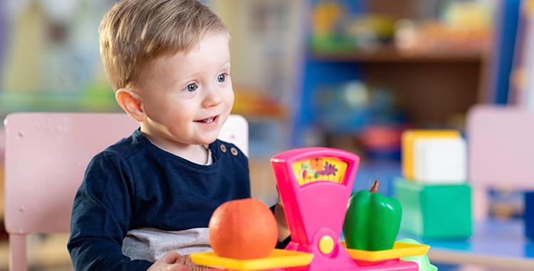 Uma fotografia que ilustra uma criança sorrindo