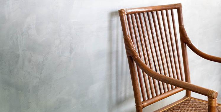 uma cadeira no estilo colonial