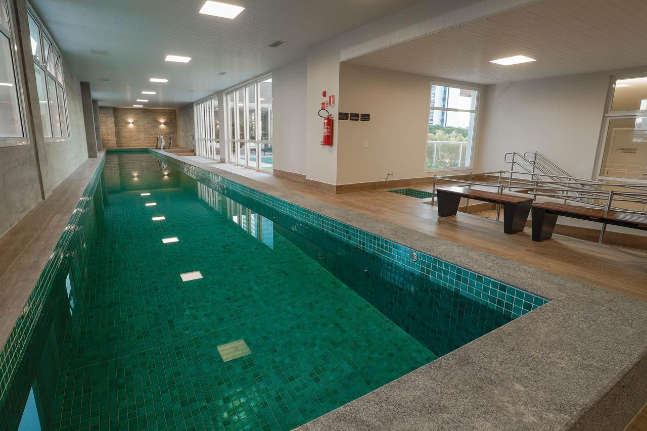 Foto da piscina coberta climatizada com raia