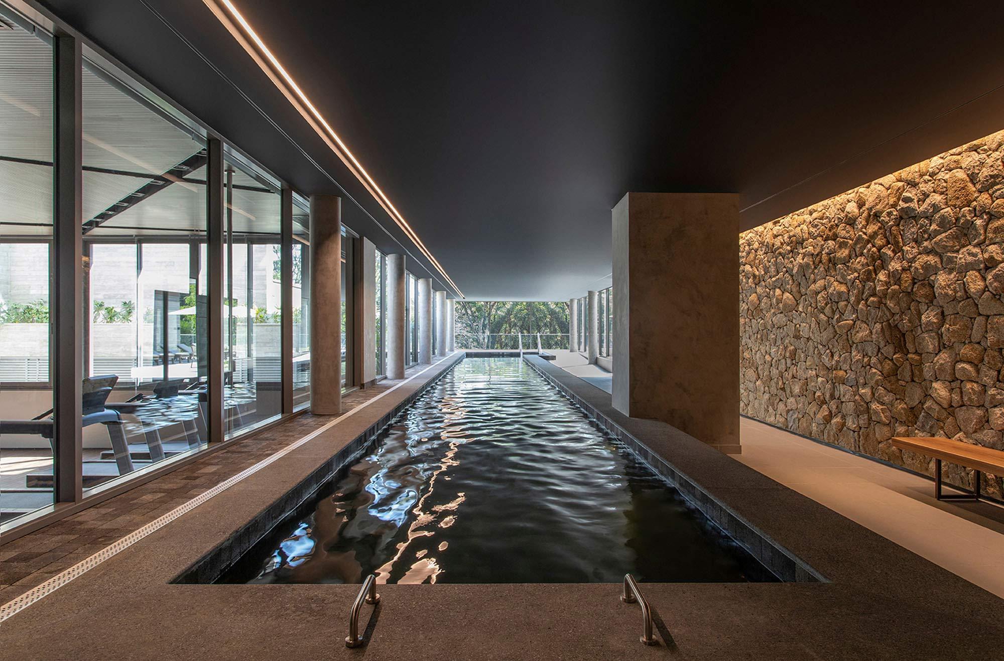 Foto da piscina coberta climatizada com raia de 25m